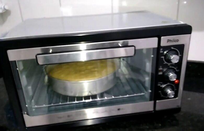 Como assar bolo de cenoura no forno elétrico?